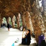 domnita-cu-harpa-in-Parc-Guell-Barcelona