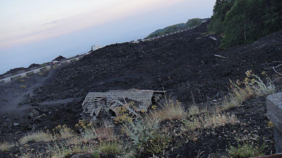 casa inghitita de lava pe Etna