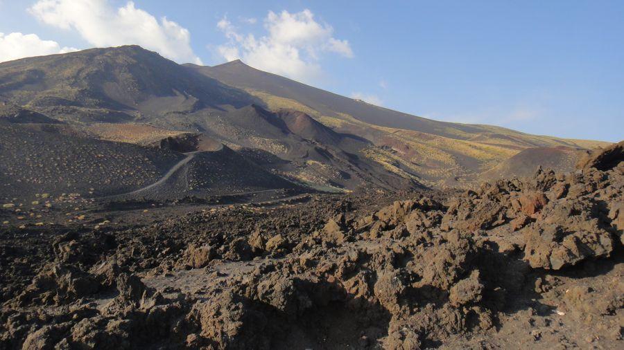 peisaj cratere pe vulcanul Etna