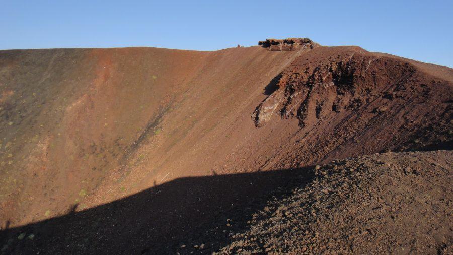 umbre de oameni pe craterele Etnei